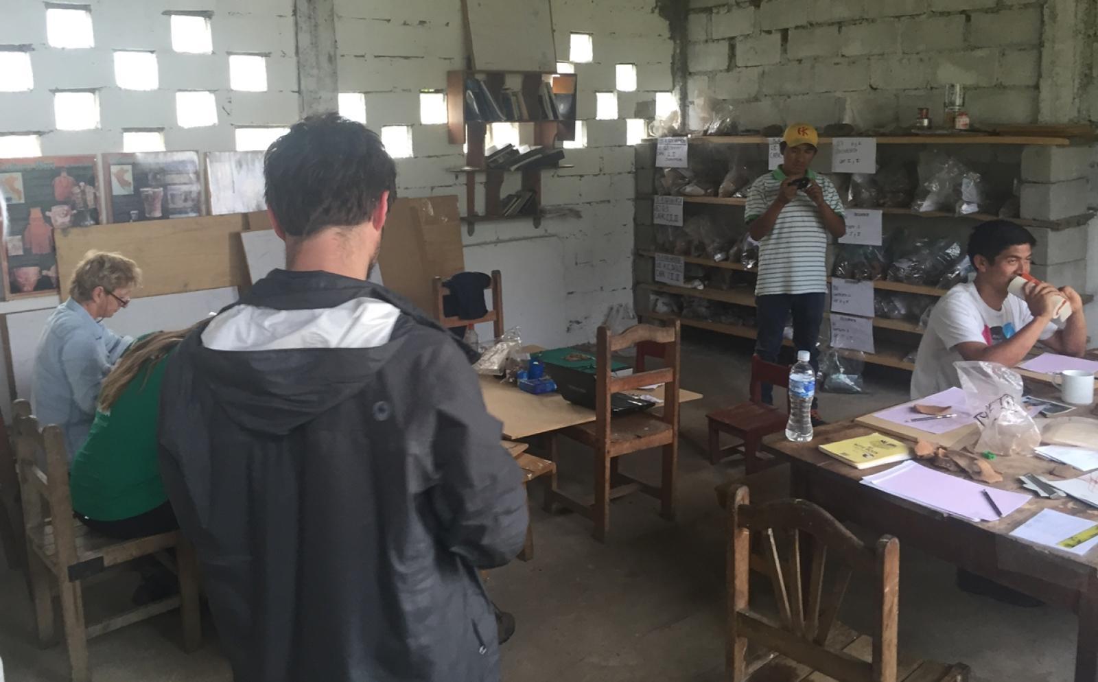 ペルー考古学ボランティア 屋内での登録作業